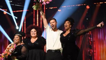 Robin Bengtsson and The Mamas posing with their flowers on the Melodifestivalen 2020 stage