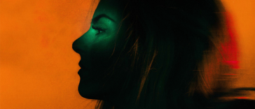 Album artwork for good to know which sees JoJo turned to the side, covered in shadow whilst the background is covered in bright orange.